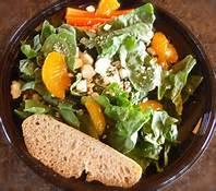 recette d'une salade d'épinard au parmesan accompagnée d'un pain grillé à l'ail